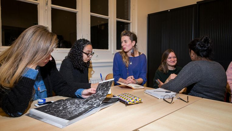 Midden: Fatima Jamai in gesprek met Corina Duijndam Beeld Rink Hof