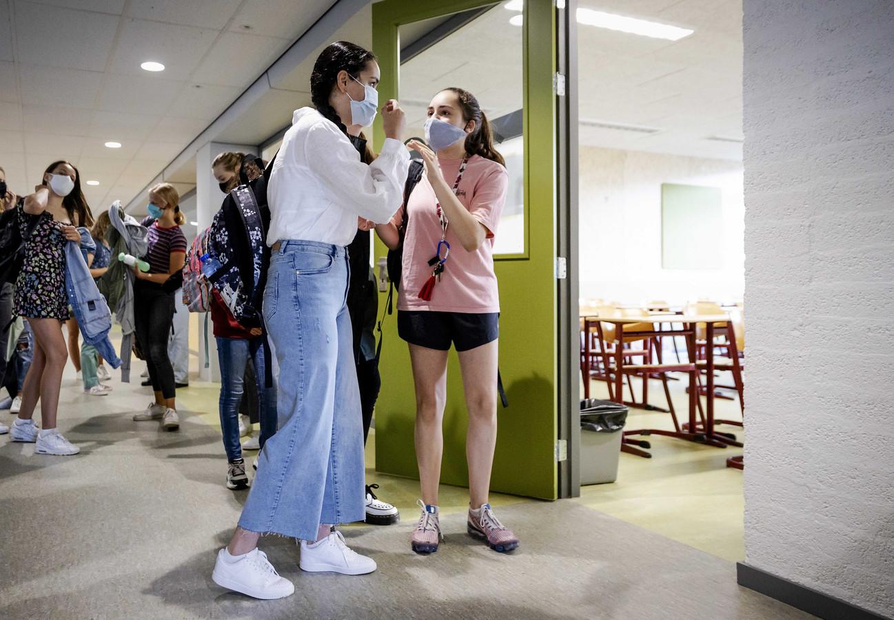Leerlingen op deze school in Haarlem dragen een mondkapje als ze door de gangen lopen. De gangen zijn te smal om anderhalve meter afstand te kunnen houden