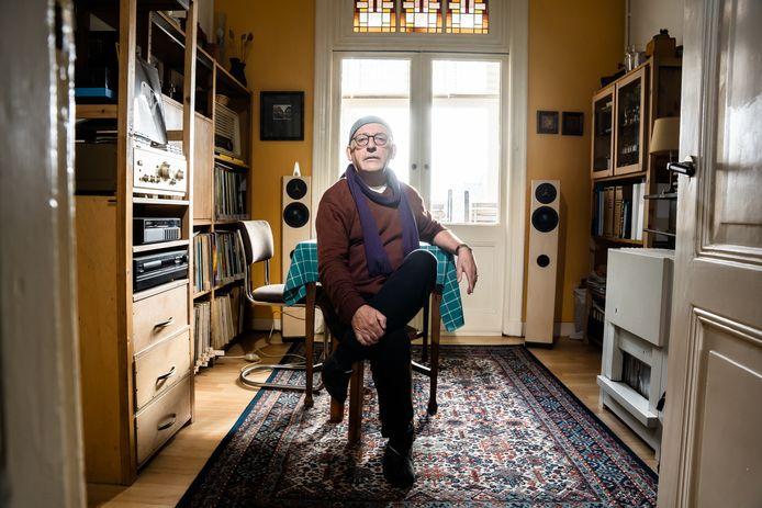 Gerard Ursem in zijn knusse bovenwoning in de Arnhemse Sint Marten, waar hij al meer dan veertig jaar woont.