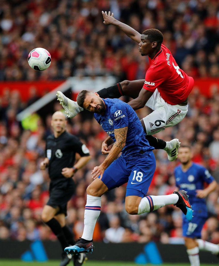 Paul Pogba (nummer 6) van Manchester United in duel met de ingevallen Chelsea-spits Olivier Giroud (18). Pogba was de spil op het middenveld die de counters van United inleidde. Het resulteerde in een 4-0-zege op Chelsea.  Beeld REUTERS