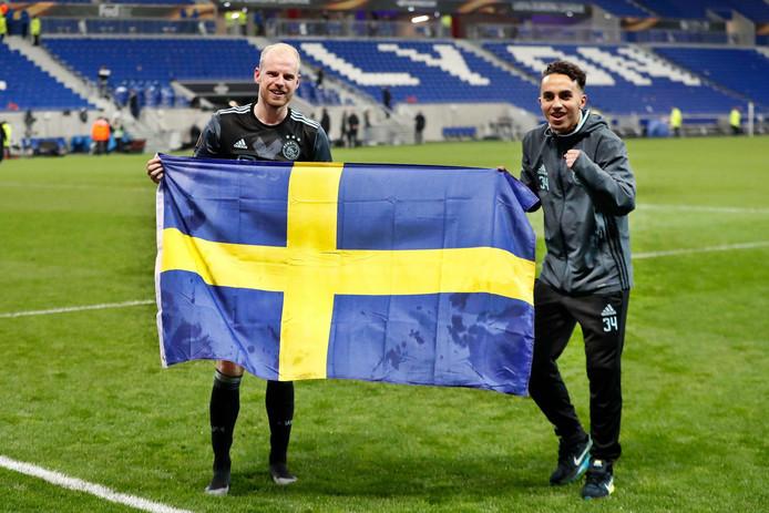 Davy Klaassen en Abdelhak Nouri met de Zweedse vlag na het behalen van de finale.