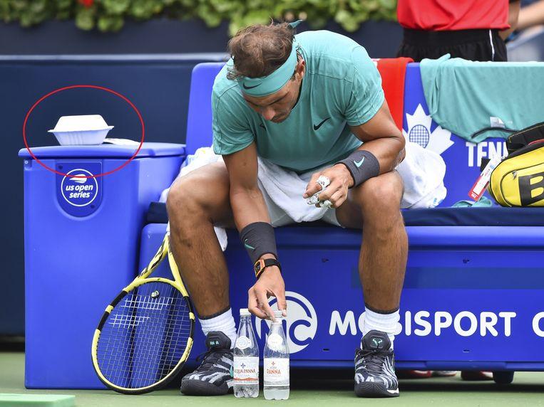 Nadal, met links het doosje met daarin - waarschijnlijk - dadels.
