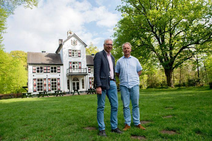 Thijs Schoemaker (rechts)  en Jaap Berends bij het Woldhuis.
