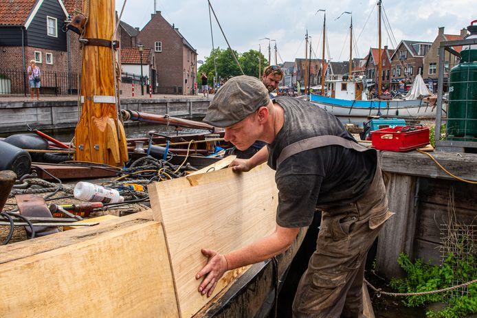 Ondanks de coronacrisis wordt er hard gewerkt aan de botters op de werf in Bunschoten-Spakenburg.