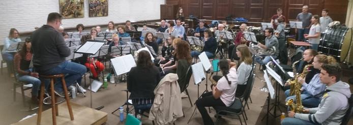 Gezamenlijke repetitie van de leerlingen uit Chaam en Terheijden o.l.v. dirigent Manuel de Wijs.