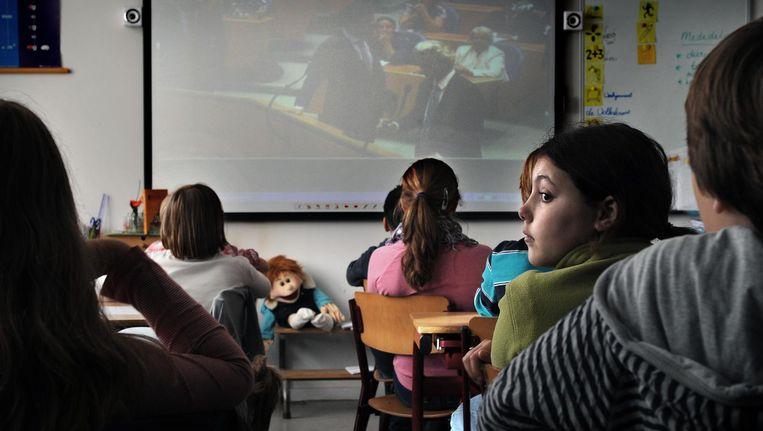 (Archiefbeeld 2010) Kinderen van groep 7 van basisschool Groen van Prinsterer kijken naar politiek nieuws over de te vormen regering onderdeel van het weekjournaal van schooltelevisie. Beeld Marcel van der Bergh / de Volkskrant