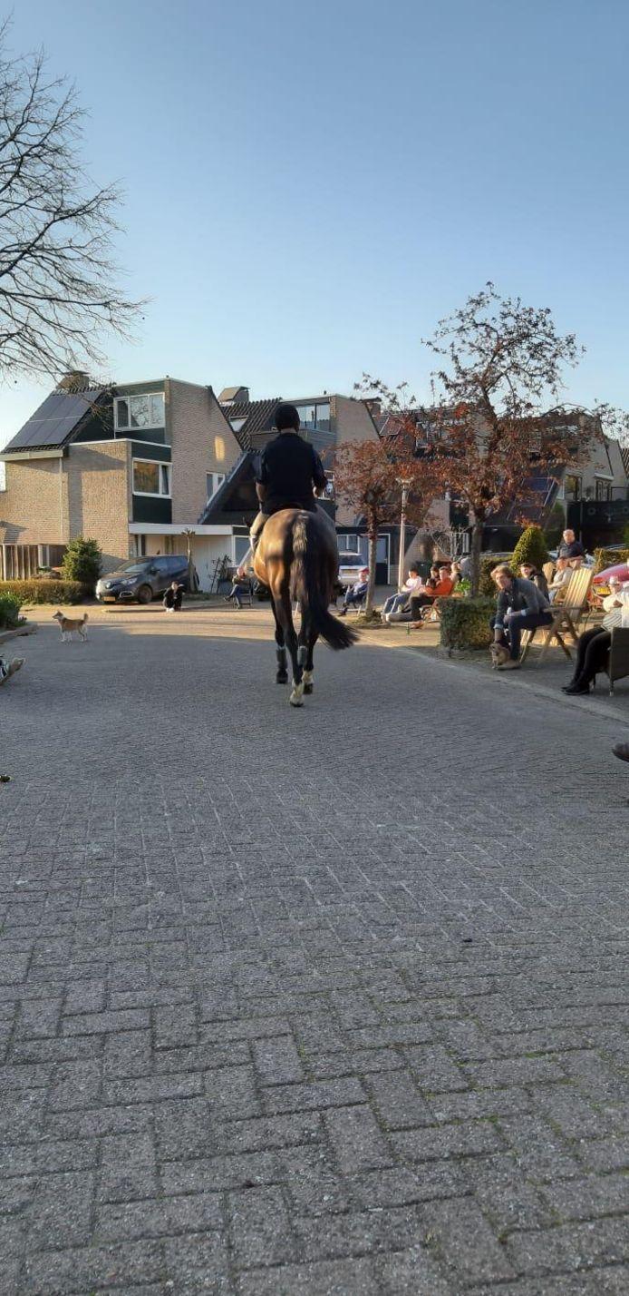 Buurtborrel op afstand, op de Andoorn in Oldenzaal. In coronatijd.
