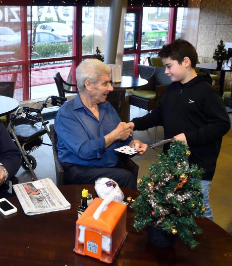 Kinderen verrassen ouderen in Soest met zelfversierde kerstkaarten