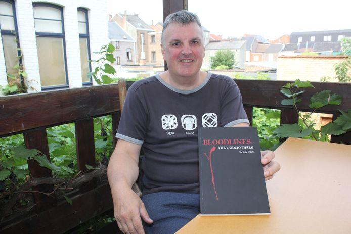 Guy Troch met zijn boek 'The Godmothers'.