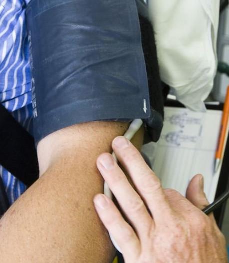 Je bloeddruk meten moet net zo normaal worden als op de weegschaal gaan staan