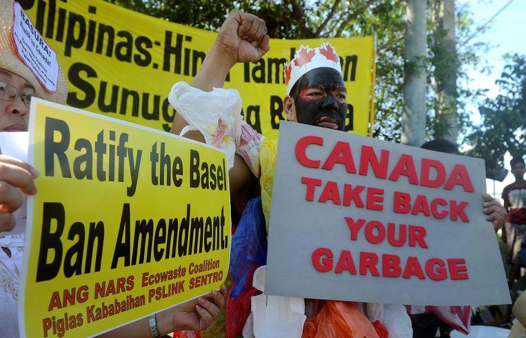 Milieuactivisten in Manilla eisen in 2015 dat Canada de containers met huishoudelijk afval komt ophalen. Beeld Jay Directo / AFP