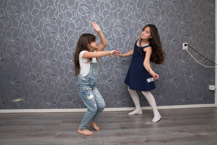 Sham (6, links) en Eiman (9) dansen graag.