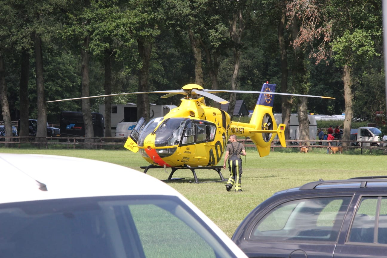 Een traumahelikopter landde bij de menmarathon in Hellendoorn nadat twee paarden op hol sloegen en het publiek in renden.