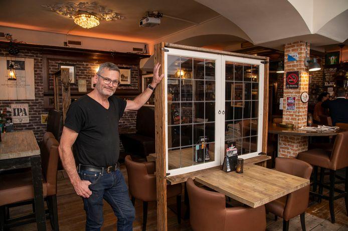 Uitbater Fred Maaswinkel bij de coronaschermen die hij heeft geplaatst in zijn eetcafe De Mens in Zeewolde. ,,Hopelijk geen lockdown,'' is zijn vurige wens.