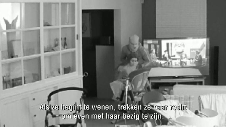 Een beeld uit het VTM-programma Faroek waarop te zien is hoe een mama haar baby moet kalmeren tijdens de overval bij hen thuis.