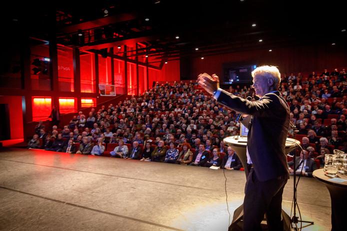 Wim Liesker van HoogOverijssel geeft uitleg aan de bezoekers van de bijeenkomst over de gevolgen van de opening van Lelystad Airport.