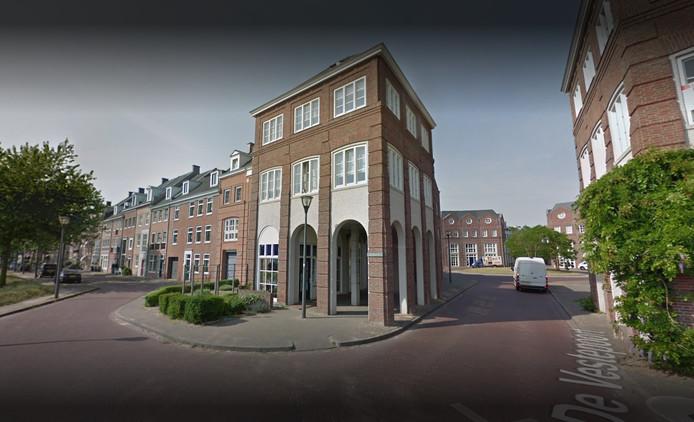 Het pand van De Vestelier bij het binnenrijden van Brandevoort van waaruit Govert van der Leij zijn bedrijven runde.