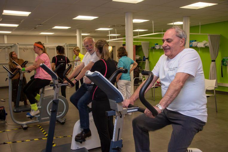 Patiënten en personeel houden fietsactie om aandacht te vragen voor longziekte en revalidatie.