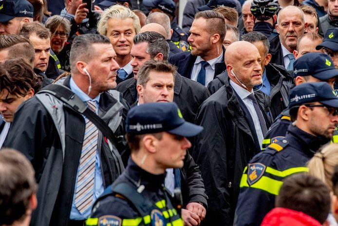Geert Wilders omringd met persoonsbeveiligers van de Dienst Koninklijke en Diplomatieke Beveiliging (DKDB).
