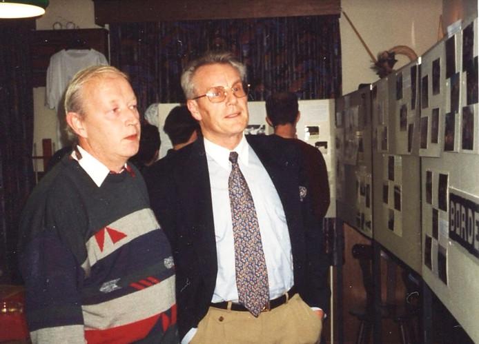 Jan Janssen (rechts) was in 1993 al eens in Oploo om de nieuwe naam van café La Marmott te onthullen. Links uitbater Jan van Sambeek