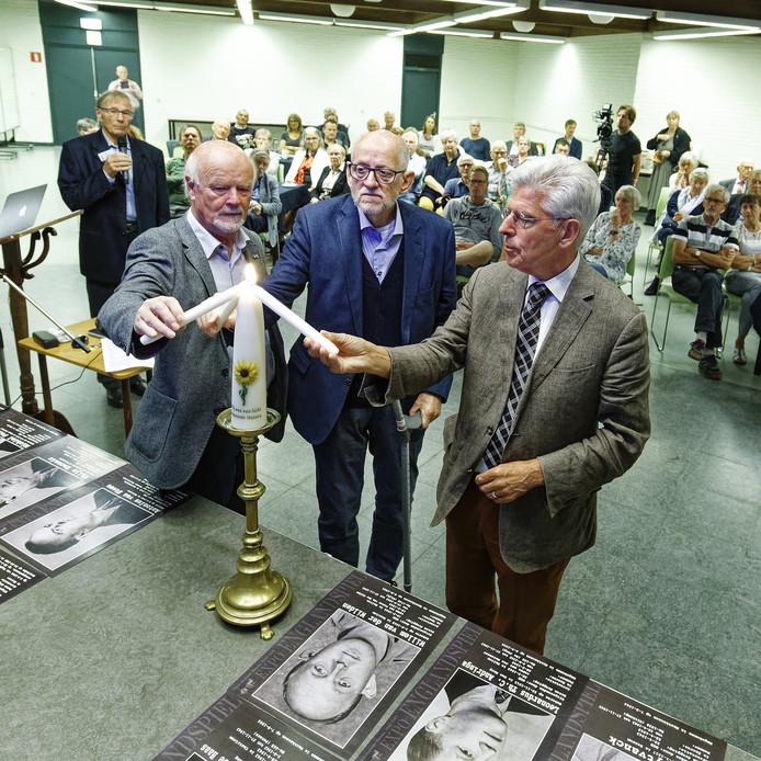 Bij een bijeenkomst in Haaren over het befaamde Englandspiel tijdens de Tweede Wereldoorlog werd een herdenkingskaars van Gedenkplaats Haaren aangestoken, waar de herdenking eigenlijk had moeten plaats hebben. Namens de Gedenkplaats steken Cees van Roessel, Henk van Helvert en Jan Pommer (vlnr) de kaars aan.