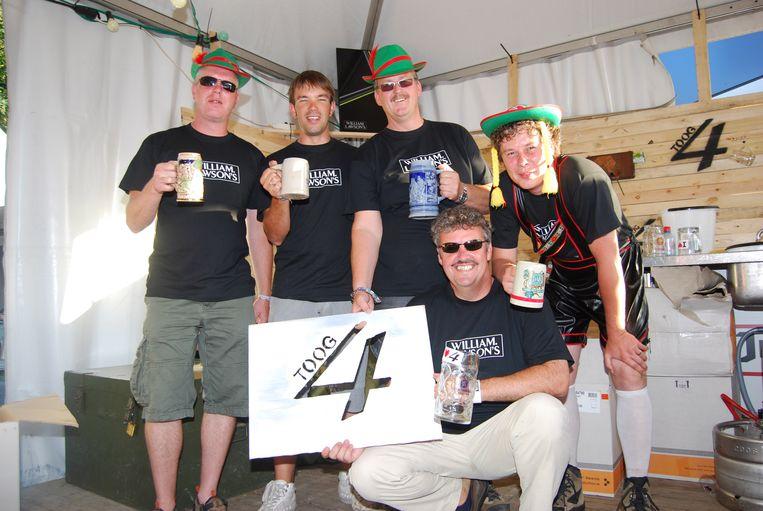 Timothy (uiterst rechts) was jarenlang medewerker bij toog 4.