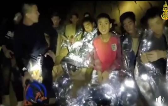 De jeugdvoetballers nadat ze door hulpverleners zijn gevonden in het ondergelopen grottenstelsel in Thailand.