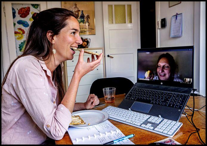 Leonie van der Velden en haar collega houden digitaal contact.