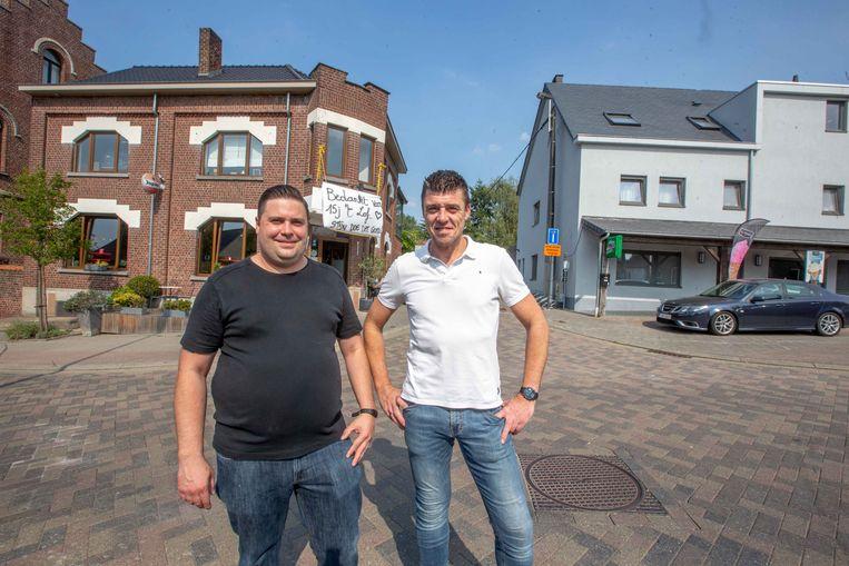 Stijn Terwecoren (links) neemt café 't Lof over. Gunther Anckaert zal vanaf nu meer te vinden zijn in de frituur van zijn vrouw, rechts in de achtergrond.