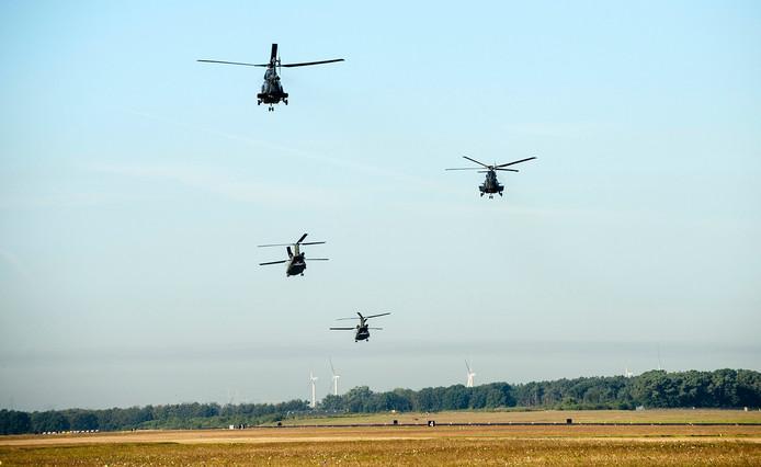Militairen vertrekken met helicopters vanaf vliegbasis woensdrecht naar Zeeland voor grote landelijke oefening. Foto: Tonny Presser/Pix4Profs