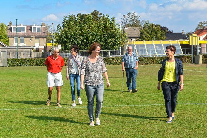 Enkele omwonenden op het sportveld te Loosbroek waarop mogelijk tennisbanen komen. Op de achtergrond de sportkantine en hun huizen.