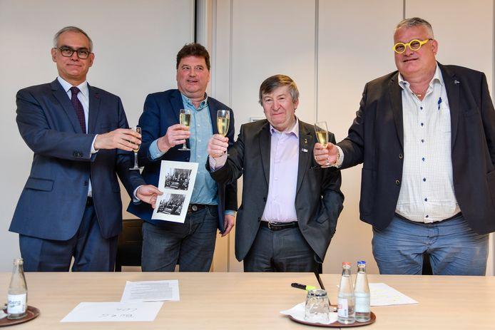 Hans Van Duysen, de voorzitter van het nieuwe team, Filip Anthuenis, burgemeester van Lokeren, Luc De Ryck, burgemeester van Temse en Raoul Van Raemdonck, de voorzitter van KSV Temse, klinken op het nieuwe huwelijk.