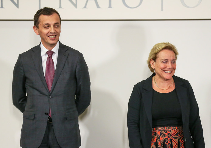 De Montenegrijnse minister van Defensie Predrag Boskovic (links) en zijn Nederlandse collega Ank Bijleveld.