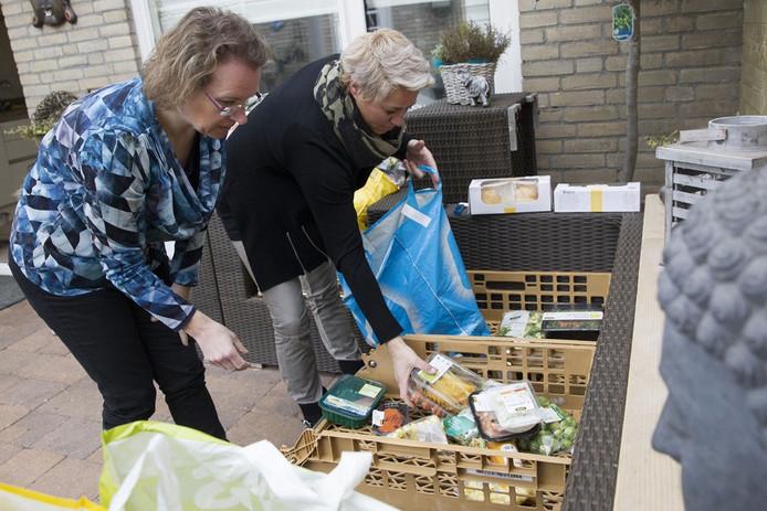 Miranda Verkoelen (rechts) beheert Hart voor Minima in Helmond