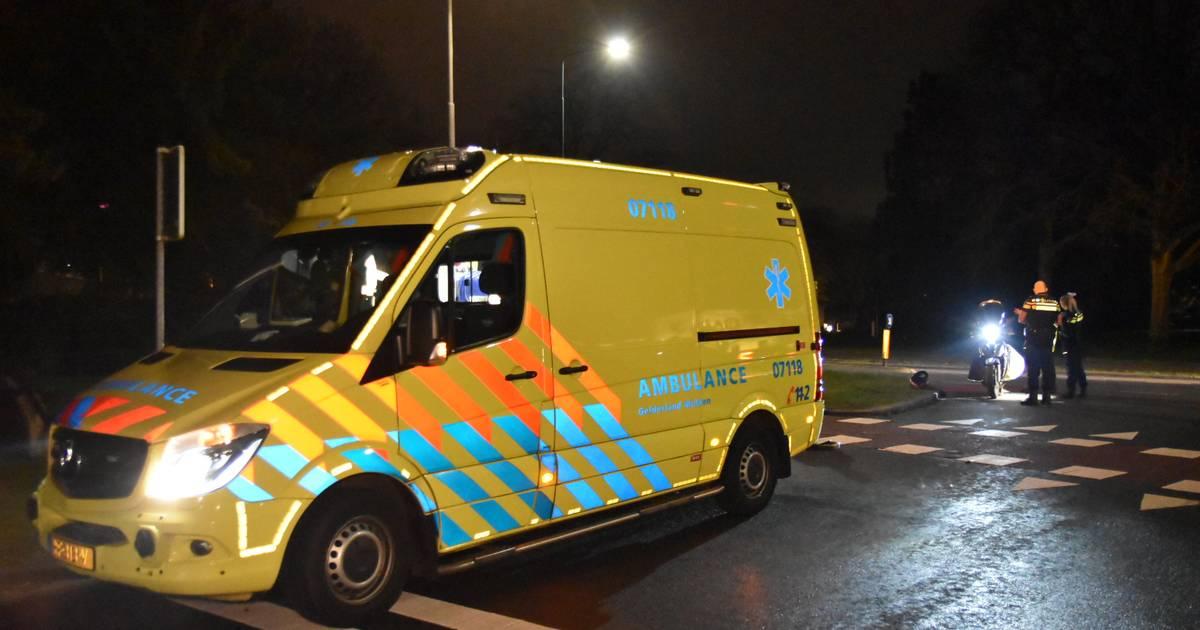 Automobilist vlucht in zijn beschadigde Porsche nabotsing op scooterrijders in Oosterbeek.