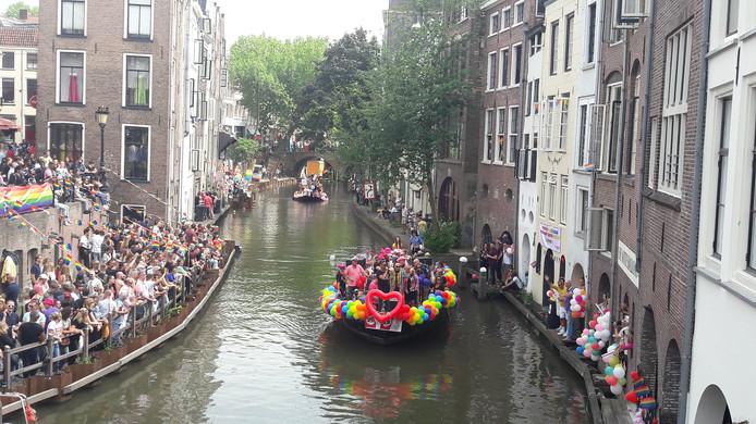 Eén van de 41 boten tijdens de Tweede Canal Pride in Utrecht