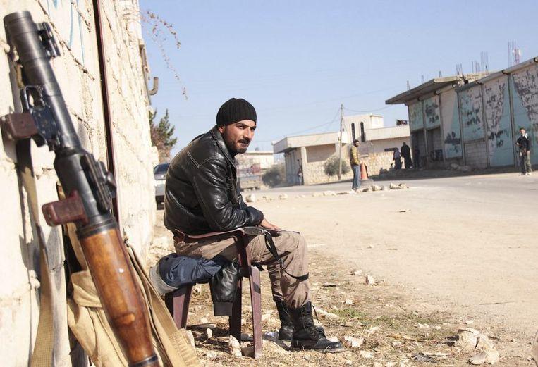 Een rebel van het Vrije Syrische Leger waakt ervoor dat leden van ISIS niet het dorp Jabal al-Zawiya in Idlib binnenvallen. Beeld null