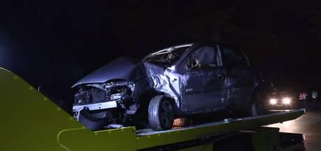 Vrachtwagen botst in Winterswijk op auto die tegen boom crasht, bestuurder naar het ziekenhuis