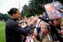 Virgil van Dijk neemt de tijd voor jonge fans, op de training van Oranje afgelopen maandag.