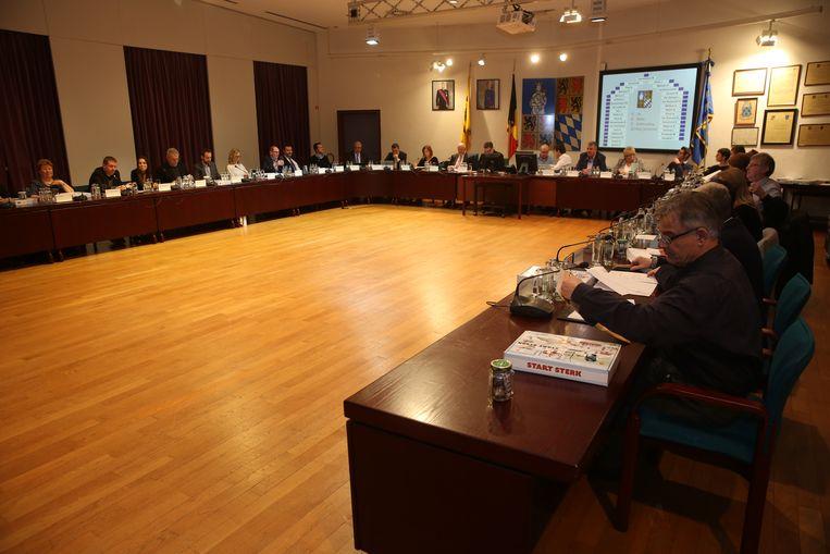Een beeld van de Halse gemeenteraad. Binnenkort zullen de inwoners net voor de start van de gemeenteraad de politici ook mogen interpelleren.