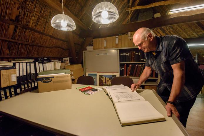 Ad de Vooght, beheerder van de Heemzolder, bekijkt archiefstukken die nog gedigitaliseerd moeten worden.