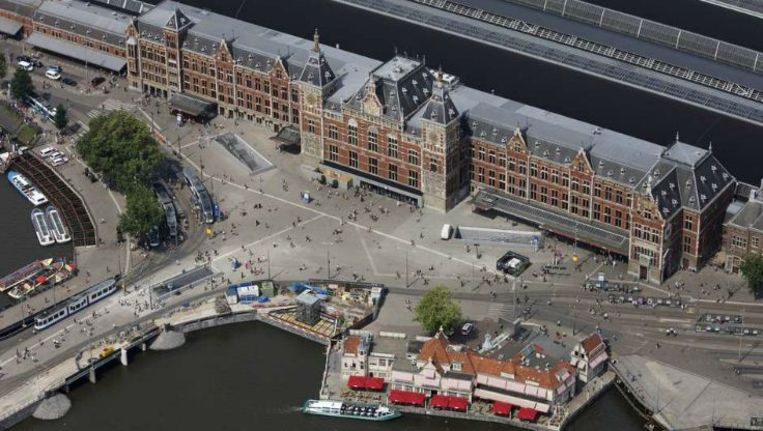 2014: het 125 jaar oude Centraal Station werd Amsterdam door het Rijk in de maag gesplitst. Toch heeft de plek tussen het water en het oude centrum de stad geen kwaad gedaan. Beeld Peter Elenbaas