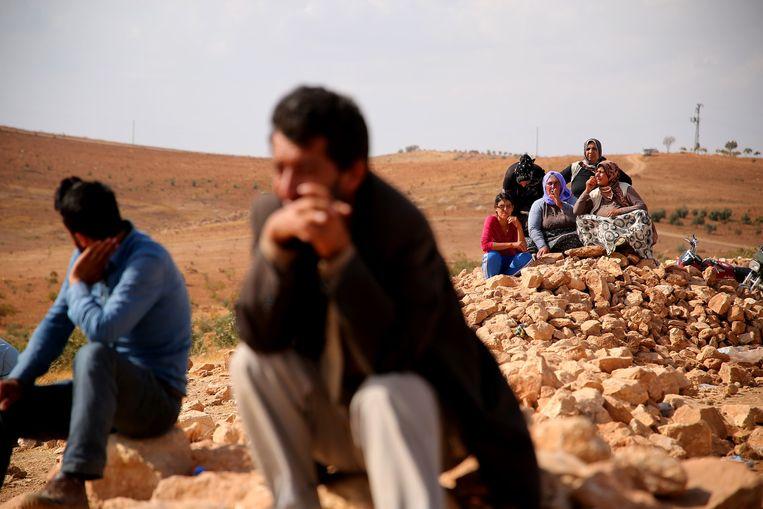 Koerdische Turken bekijken de gevechten tussen IS en Koerdische strijders, aan de andere kant van de grens. Beeld getty