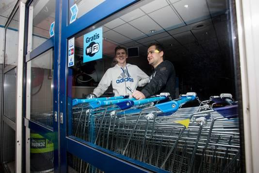 Medewerkers van een Albert Heijn in Culemborg hebben de deur van de winkel gebarricadeerd met winkelwagentjes.