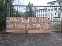Een protestbord op het hek van het hoofdkwartier van Civitas Christiana in Heilig Landstichting.