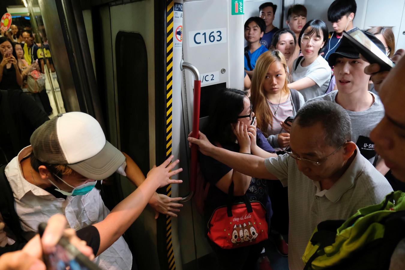 Activisten houden de deuren van de treinen open, zodat ze niet kunnen vertrekken.