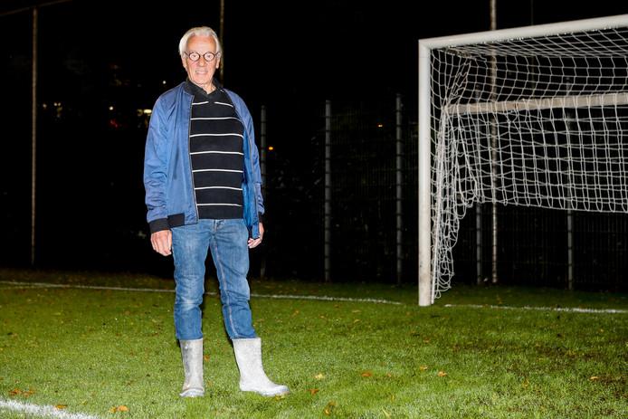 Willem Honkoop is op zaterdagochtend al om kwart voor zeven op het veld van SV Gouda om het veld te keuren.
