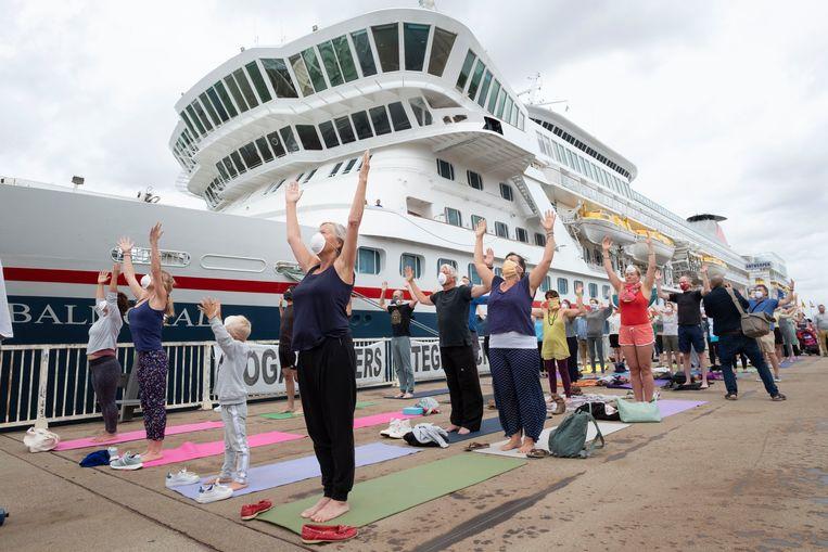 Het yogaprotest voor cruiseschip de Balmoral.