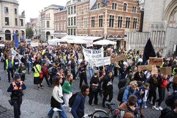 Scholieren betogen in Leuven tegen fusieschool Perron 3000.