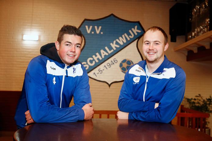 Niek Kuijer (l) en Yannic Hoonhoud (r) vormen het jonge grut bij VV Schalkwijk.